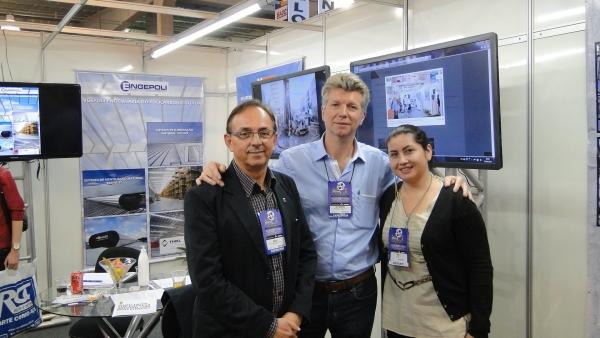 Na foto, eu e a Silvia com o Eng. Sergio Becke, nosso vizinho de stand neste evento, no espaço do CREA-SC / ASCEA - Associação de Engenheiros