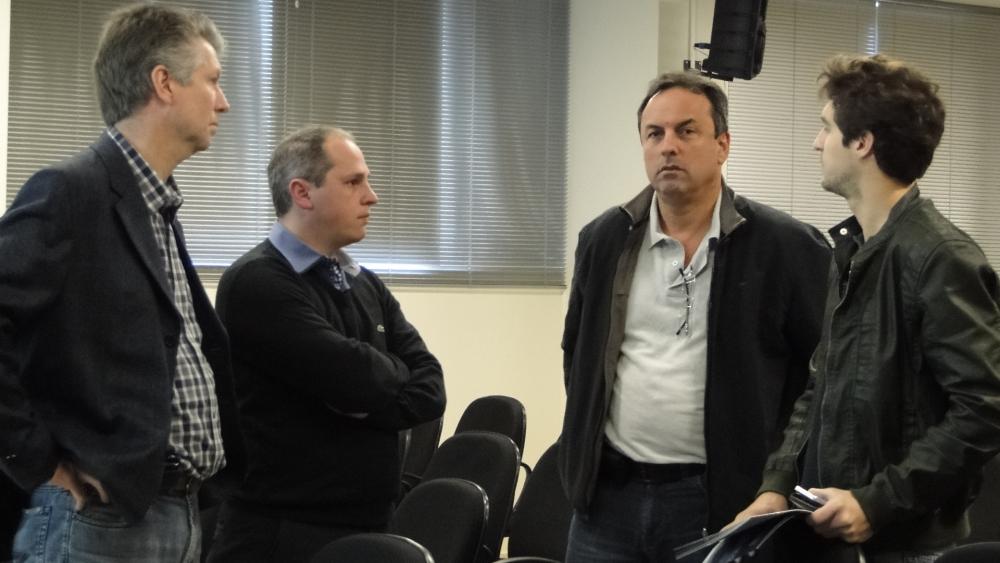 Adalberto, Thiago e Nivaldo com clientes