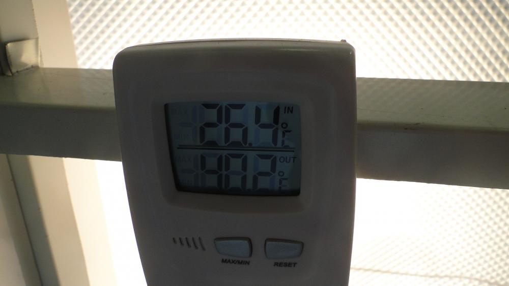 Observe a diferença de temperatura em graus centígrados, entre as face superior e inferiror