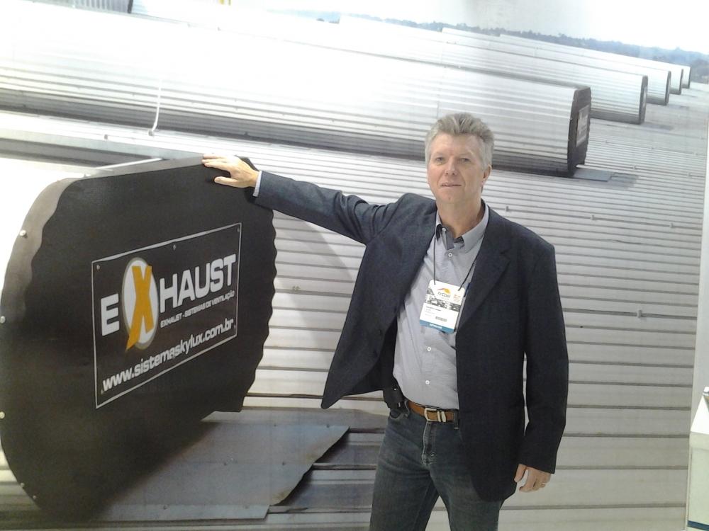 Adalberto em frente ao painel do exaustor natural  EXHAUST