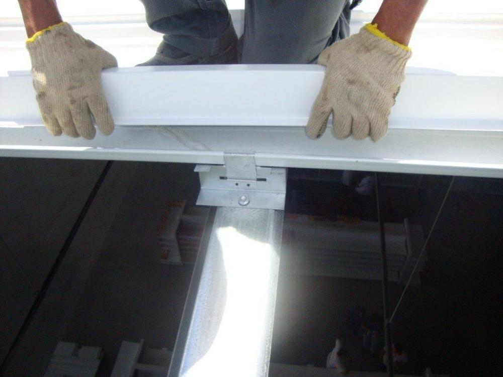 Posicionamento do PERFIL Z, fixado nas terças, servido de suporte para os domos.