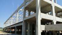 Vista lateral do estacionamento no térreo e loja / administração no nível superior