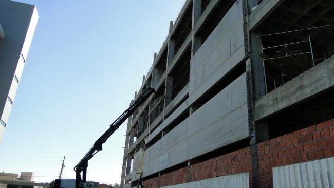 Montagem na lateral voltada para o prédio existente