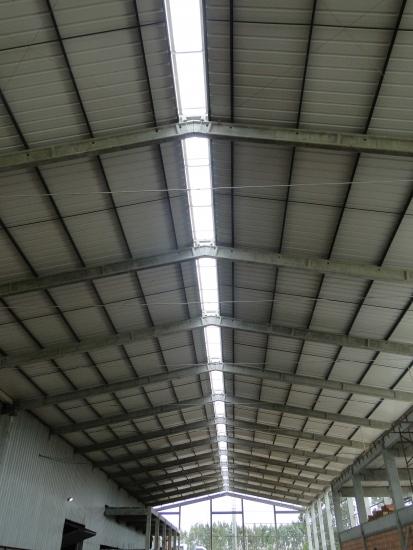 Vista interna da estrutura de cobertura - Detalhe do vazio para o lanternim