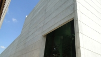 Vista lateral com fechamento com placas de concreto