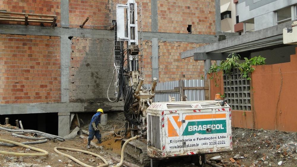Etapa 03 - Estaca raiz para contenção junto à divisa para escavação de subsolo